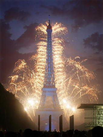 巴黎埃菲尔铁塔烟花烂漫时图片